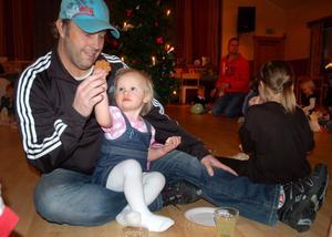 Smaka pappa. Tuva Persson, 1 1/2 år, bjuder pappa Henrik på en pepparkaka.