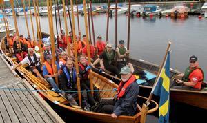 I Möljans kapprodd i lördags vann Hallstahammarsbåten. Nu samsas besättningarna om en skön samordnad rodd med 26 slussningar, mat, kultur och trivsel i fyra dagar. Söderbärbärkebåten Wallmarkarn, med styrman, Nils-Olov Olsson närmast. Alulina, med styrman Hannu Miettinen, utanför.