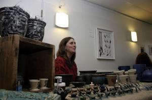I 22 år har Åsa Larsson, Haverö, gjort keramiksaker. Många intresserade stannade för att titta, men några passade även på att handla.