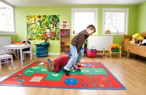 """Ett rum för lek. Förra ägaren byggde till lekrummet som ett tonårsrum. Men för familjen Tärnblom-Näs är det ett lekrum för alla barnen. """"Det är helt suveränt. Här kan de skrika hur mycket de vill, det hörs knappt"""" säger Thomas. Det är också här barnen har det mesta av sina leksaker."""