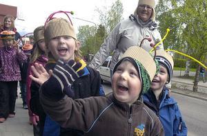 Vinden blåste riktigt kall men vad gjorde väl det då det är förskolans dag. I Edsbyn var de så här glada.
