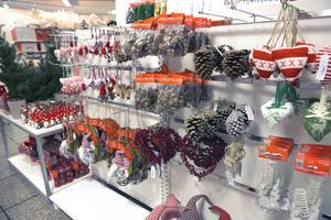 Julkulor, ljuslyktor och stjärnor – många affärer har plockat fram pyntet.