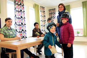 Vid 9-tiden på valsöndagen röstade Johanna Wikman från Sånghusvallen i Ås. Med sig hade hon barnen Maya som är 7 år och 4-årige Rio. Maken och pappan Andreas hade redan lämnat sina kuvert med röster till valfunktionärerna från vänster Ann-Sofie Hallin, Elisabeth Hallin och Anette Lihuvudh.