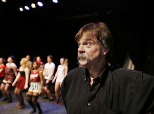 """blandar. """"Jag brinner för den här verksamheten där man korsbefruktar amatörer och proffs"""", säger regissören Mats Hedlund."""