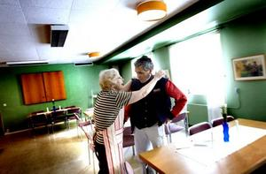 Från Bergby kommer Stefan Danciu. En varm kram får han av Gudrun Sjölund.