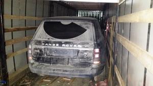 I ett utrymme som dolts av stora balar med byggisolering, hittades de två stulna bilarna.