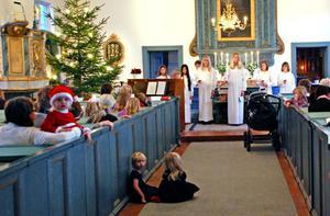 Trettondagsfirande för barnen i Djura i går eftermiddag inleddes med ljuståg - en över hundra år gammal tradition. Annelie i tomteluva och Wilda och Zelda i kyrkgången väntade spänt på vad som skulle hända.