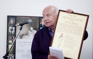 HYLLADES. Eduardo Galeano, årets Dagermanpristagare, har gjort sig ett namn som en författare med hjärtat till vänster.  Under söndagen fick han ta emot priset på Laxön, Älvkarleby.