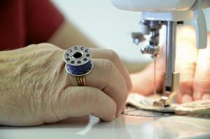 Spolring. Hon är fyndig och kreativ, här har hon gjort en ring av underspolen till en äldre symaskin.