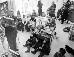 Februari 1990 och dåvarande kulturminister Bengt Göransson inviger Bomhus bibliotek genom att läsa högt ur