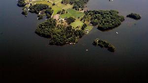Ön Valen från luften, sedd från väster. I vattnen nedanför platsen där flygfotot är taget sker just nu en räddningsinsats.
