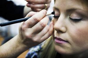 Sanna El Kott Helander var en av de sju kandidater som valdes ut till Jämtlands lucia 2013. När uttagningarna var avklarade fick hon och de andra besöka en salong för att bli stylade inför fotograferingen.