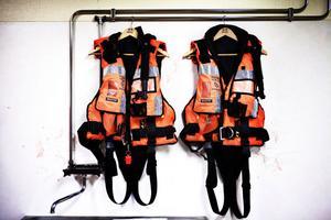 En del av SSRS utrustning är våtdräkter och flytvästar.