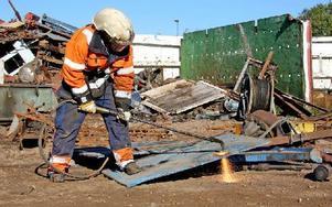 Emil Eriksson sär sönder skrotet i lämpliga storlekar innan det kan levereras till industrin. Foto: Johnny Fredborg