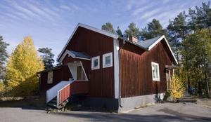 TVINGAD GÅVA. Hemvärnsgården i Järbo är ute till försäljning för cirka en halv miljon kronor. Sandvikens kommun tar hand om pengarna. Enligt stadgarna från 40-talet var nämligen hemvärnsföreningen tvingad att skänka gården till kommunen den dag föreningen upplöstes.