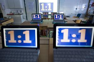 Den nya skolan. När varje elev får en egen dator öppnas helt nya vägar till meningsfullt lärande. Det är i alla fall tanken med den så kallade 1 till 1-pedagogiken, som Proaros i höstas fattade beslut om att införa på alla kommunala grundskolor. Datorerna på bilden tillhör klass 6 på Hammarbyskolan. FOTO: MARGARETA ANDERSSON