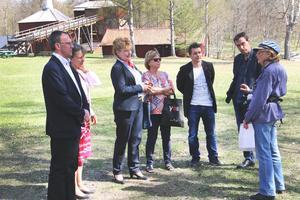 Från vänster: Jan Johansson (M), Ulrica Gradin (länsråd på länsstyrelsen i Västmanland), Minoo Akhtarzand (landshövding Västmanland), Eleonor Wikman (KF-ordförande), Marino Wallsten (S, kommunalråd), Anders Kihlström (kommunchef), Gudrun Söderberg (guide Engelsbergs bruk).