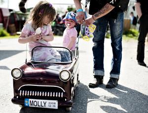 """Återvunnen. En """"miniveteran"""" har pappa Henrik Karlsson gjort av en gammal barnvagn till sina båda döttrar Ronja och Molly."""