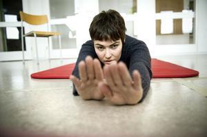Träning är en stor del av den rehabilitering hon genomgår. Här på yogamattan.
