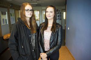 Julia Lundin och Isa Brandell funderar på ekonomiprogrammet.