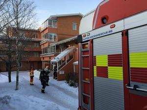 Räddningstjänst på plats utanför flerfamiljshuset i Torvalla.
