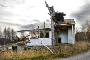 Ett av husen står sedan tidigare halvrivet och kommunen är rädd att lekande barn ska skada sig.