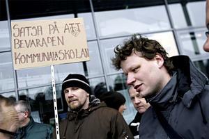 Förra helgen demonstrerade flera berörda lärare utanför Läkerol arena. Nu visar det sig att beslutet om deras framtid dröjer.