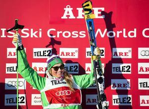 Anna Holmlund tog ett fast grepp om ledningen i världscupen efter söndagens seger i Tegernsee, Tyskland. Här vid segern i Åre.