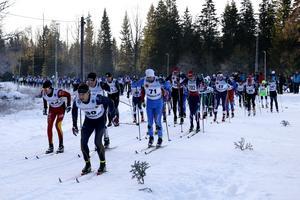Det blev snabbt trång när drygt 200 åkare kom till start i årets Lo-spår i Hällefors.