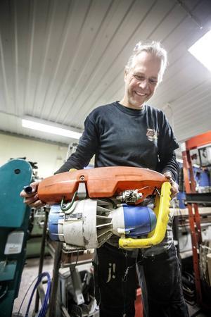 I verkstaden trängs motorer av alla slag, från V8 till en cylinder. Här en bensindriven undervattensskoter.