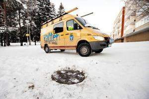 Sökandet efter smittkällan går oförtrutet vidare. Under måndagen fanns kommunens personal bland annat i kvarteren i Odensala.
