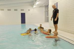 Idrottsläraren Anders Gillberg har simundervisning med ettor och tvåor från Ol Andersskolan i Skärplinge.