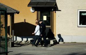 Polisen fick åka till Södermalms skola och tala med en granne som stod och onanerade inför barnen.