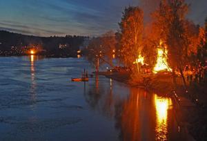 Den kyliga kvällen lystes upp av brasorna som speglade sig i strömvirvlarna.