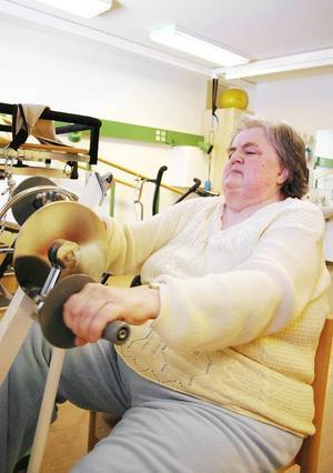 Karin Mårtensson vårdas på sjukhemmet efter en knäoperation. Hon tycker att rehabiliteringen blivit betydligt bättre sedan omorganisationen i februari.