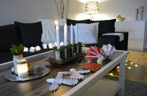Adventsljusstaken är tillverkad av vanliga konservbrukar som fyllts med mossa.