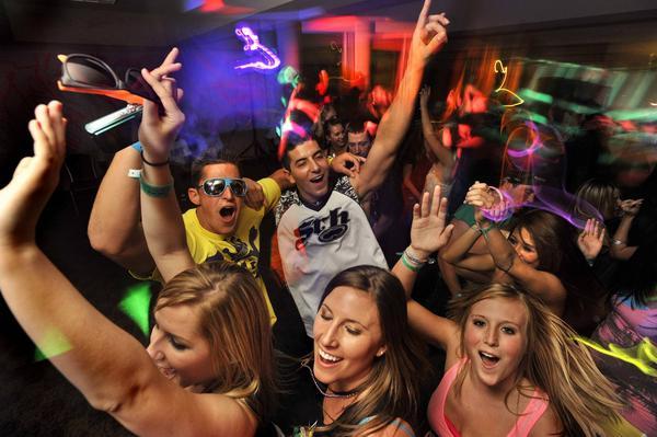 Har du tillräckligt bra ljud för att sätta fart på hemmafesten innan ni går ut på krogen? Testfakta har jämfört åtta bluetoothhögtalare. Foto: TT