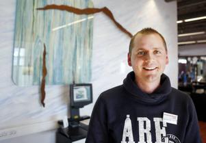 Skistar Åre får 1 800 ansökningar till 550 säsongsjobb. Men Skistar anställer allt färre nya anställda. Fler  säsongsarbetare väljer nämligen att återkomma.– Fler tycker att det blivit så bra att bo i Åre, säger  Sebastian Thomasson.