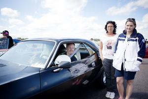 Stefan Fallkvist som kört dragracing sedan tidigt 90-tal tog reservbilen, en Dodge Challenger när den riktiga bilen låg isärplockad hemma. Louise och Therese Åhs är med och hejar.