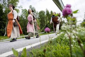 Fyra medlemmar i teaterföreningen Arnljotspelen gör just nu samma resa som huvudkaraktären. En resa till fots, från Frösön till Stiklestad.