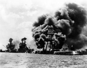 7 december 1941. Tre amerikanska slagskepp har träffats av bomber och torpeder under den japanska attacken mot USA:s Stillahavsflotta i Pearl Harbor, Hawaii. Arkivbild.   Foto: AP/TT