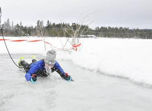 Joel Bäckman hade rätta tekniken med isdubbarna och drog sig smidigt och fort upp på isen.