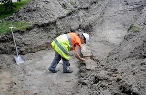 – Här har även varit en kyrkogård så finns det gravar kvar borde vi hitta dem, säger Maria Lindeberg, arkeolog vid länsmuseet.
