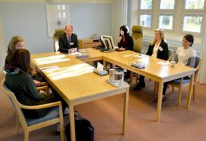 Göran Ingebrand, chef för tingsrätten, ledde en påhittad förhandling om en vårdnadstvist. Till sin hjälp hade han, Märta Lindberg, Therese Fällgren, Lisa Hamstedt, Sanna Berg och Annelie Lipskog.