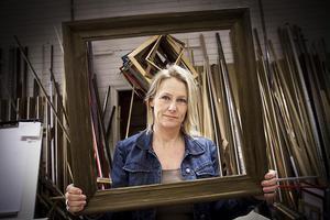 Carina Andersson, rammakare i Ljusdal, är en av fyra som utformar det nya gesällbrevet för rammakare.