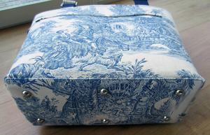 Väskans botten blir extra snygg om man täcker den med en platta som försetts med väskfötter. Ser betydligt svårare ut än vad det är.