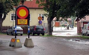 Förbudsskyltarna ignoreras, nu stängs gatan helt.FOTO: EVA HÖGKVIST