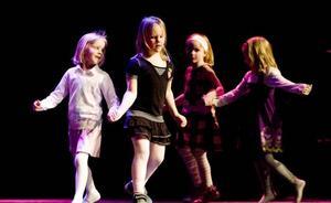 Ockelbo folkdans-lag.  Först ut på scenen var flickorna i Ockelbo folkdanslag lite senare var det dags för lite större dansare från orten.Foto: Catharina Sandström