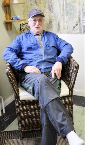 Byvaktmästaren Stig Sundeqvist pustar ut lite mellan uppdragen.