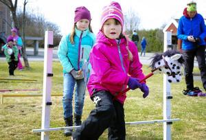Ida Olofsson, 6 år, hade kikat på kalvarna och klappat killingarna innan det var dags att ta en hopprunda på käpphäst.